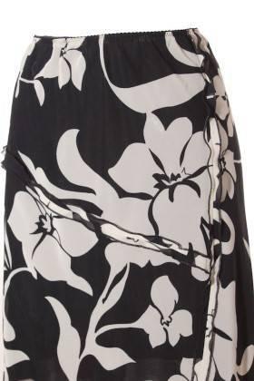 Falda Elástica Mujer – Benetton en Negro con Estampado Floral de Segunda Mano