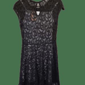 Vestido mujer de encaje negro.