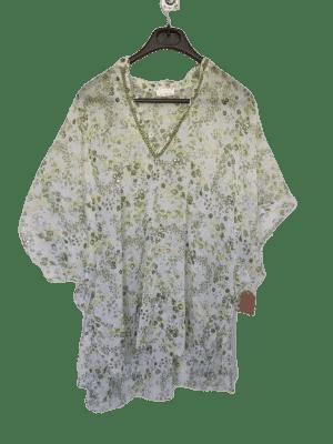 Blusa semitransparente blanca escotada.