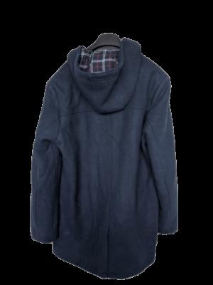 Abrigo Pier One azul marino. Lleva botones alargados marrones y ojales exteriores blancos. Talla XL. ETIQUETA DE TIENDA.